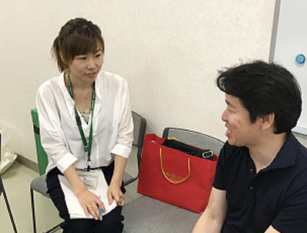 常田さん(山梨御坂くだもの倶楽部)の説明を熱心に聞く職員
