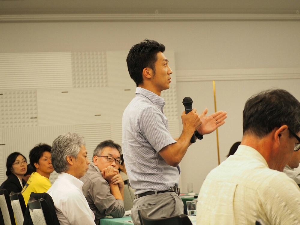 農産物輸送の課題について補足説明をする佐藤氏(やさか共同農場)
